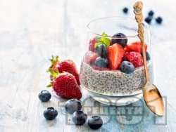Веган чия пудинг с оризово мляко и горски плодове – ягоди, боровинки, малини - снимка на рецептата